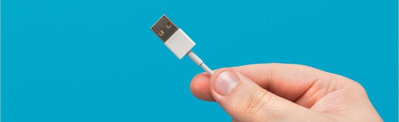 hand dolding USB.JPG